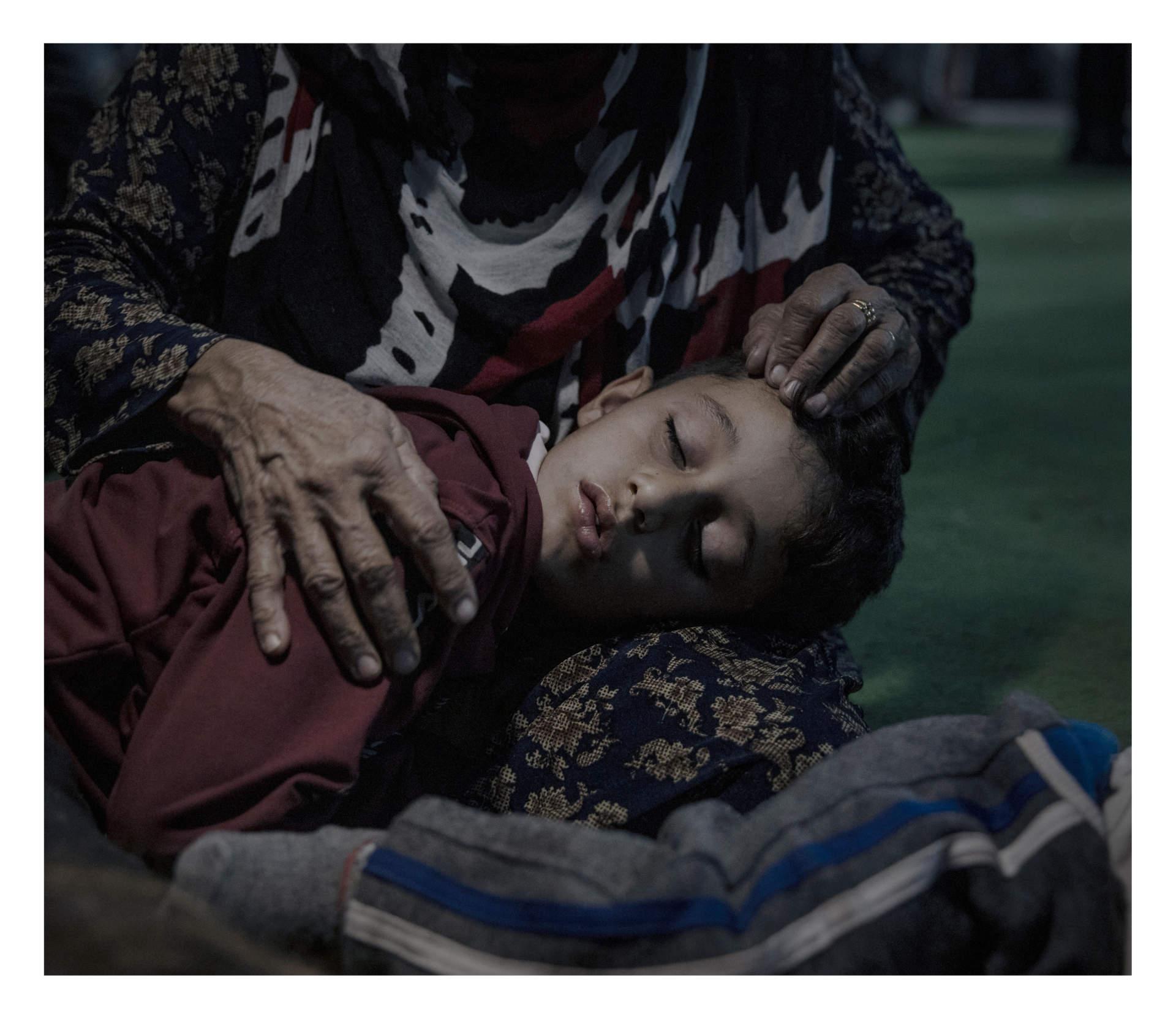 Azdasher, 8 år  BARDARASH, IRAKISKA KURDISTAN. Tre dagar efter att Donald Trump meddelade att alla amerikanska trupper ska dras tillbaka från nordöstra Syrien inledde Turkiet operationen Fredens källa. Turkiet har attackerat med bombflyg, artilleri och marktrupper i en allians med den Syriska milisen, FSA. Flyktingar vittnar om hur deras kvarter attackerats urskiljningslöst. Flera människorättsorganisationer, bland annat Amnesty, har anklagat Turkiet och dess allierade för direkta krigsbrott. Azdasher, 8 flydde från staden Qamishli i norra Syrien när bomberna började falla. Nu sover han i sin mormors knä i väntan på registrering i flyktinglägret Bardarash i Irakiska Kurdistan.